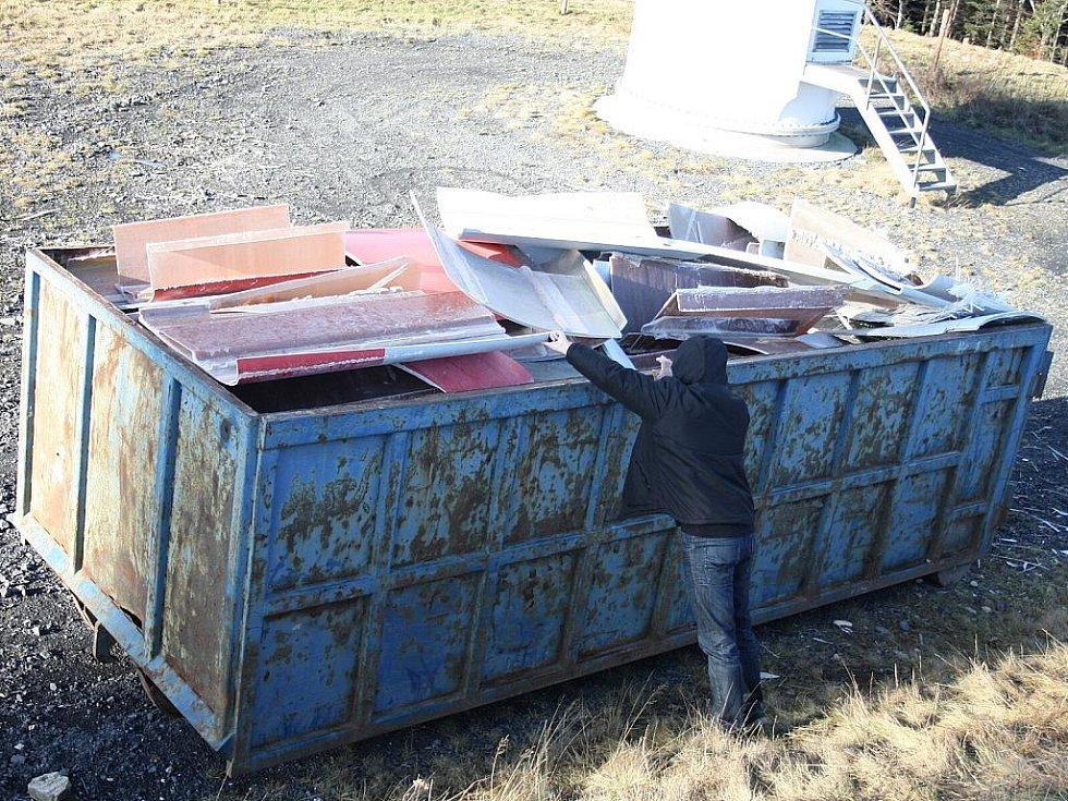 TROSKY. Jak se na místě přesvědčili redaktoři Deníku, trosky z upadlé vrtule zaplnily celý velkoobjemový kontejner.
