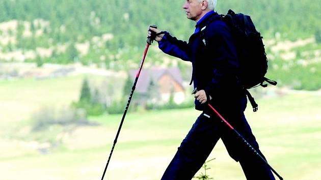 Okolí osady Jizerka pěšky. Pro vyznavače pohodlné chůze v horách – nordic walking – půjčuje Ondřej Duda také vybavení.