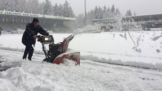 Střelnici zahalil sníh. Fotbal v Jablonci zrušila kalamita.