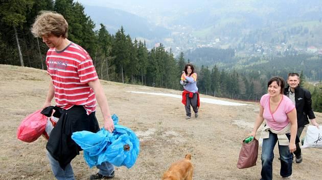 Úklid Jizerských hor. Ilustrační snímek z roku 2010.