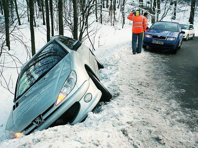 V neděli 30. ledna skončil řidič stříbrného Peugeotu mimo vozovku na silnici mezi Kunraticemi a Jabloncem nad Nisou.