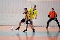 KANONÝR. Fotbalista Semil Lukáš Brož (č. 22) se stal na Mikulášském turnaji nejlepším střelcem turnaje. Na snímku  v souboji s Václavem Paldusem.
