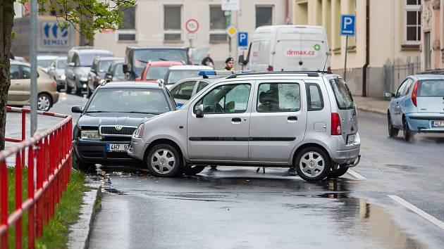 Nehoda dvou osobních automobilů se stala 26. dubna před třetí hodinou odpoledne v Jablonci nad Nisou před křižovatkou ulic Budovatelů a Poštovní.
