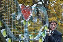 V Novém Boru na Českolipsku 28. října slavnostně odhalili konstrukci z oceli a skla s názvem Zámkové srdce lásky, míru a štěstí, na kterou si lidé budou moci připnout zámek jako symbol své lásky. Na snímku je autor a iniciátor díla Pavel Danys.