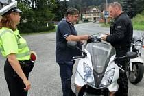AKCE se zúčastnil i koordinátor BESIP pro Liberecký kraj Miroslav Klásek, který byl společně s dopravními policisty na kontrolních stanovištích a motorkářům rozdával spolu s reflexními pásky i příručku Na motorce v praxi