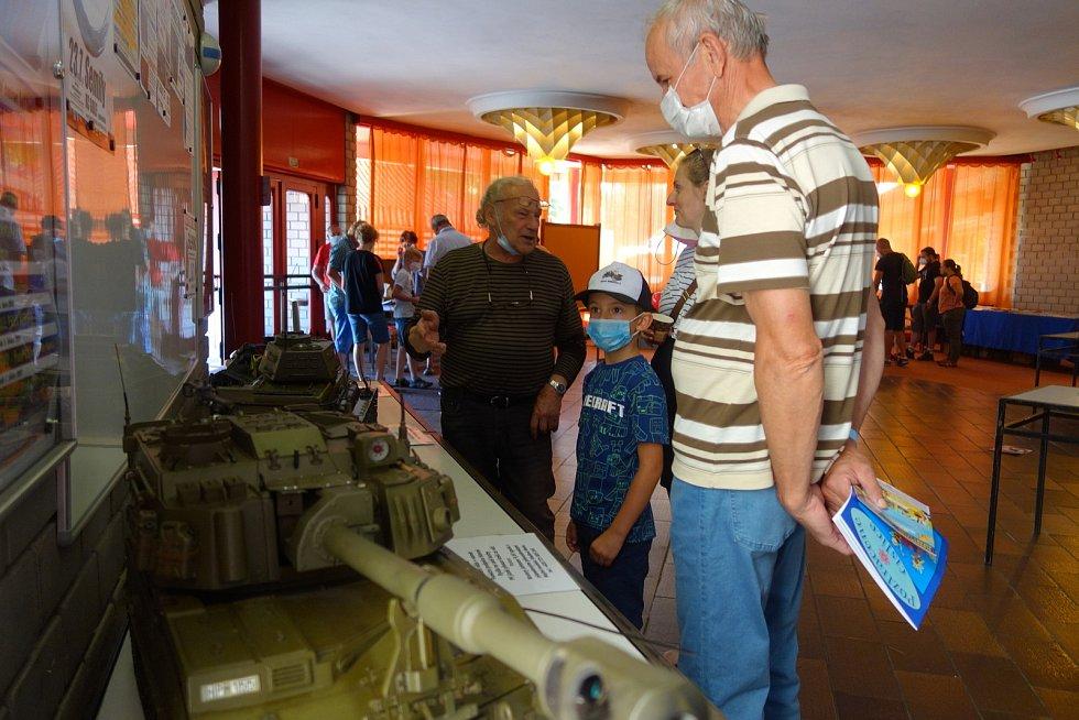Semilský Golf ožil. Na sále kulturního domu se proháněly tanky a kamiony.
