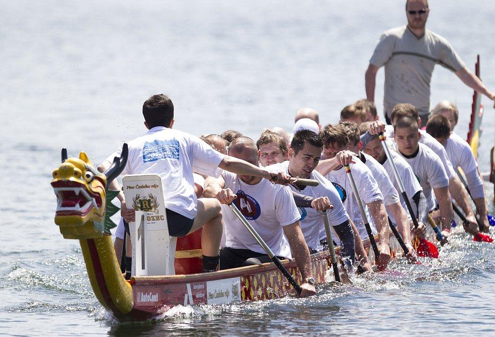 Závody dračích lodí na jablonecké přehradě, 2014.
