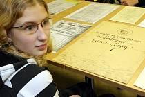 Do Státního okresního archivu v Jablonci se žáci devátých tříd ZŠ Mozartova vypravili nahlédnout do dávné i nedávné historie.