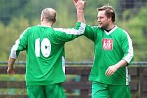 Fotbalisté Plavů (v zeleném) doma přejeli béčko Velkých Hamrů 5:0. Na snímku dva dvougóloví střelci Plavů Richard Sitarčík a Karel Vokál (vpravo).