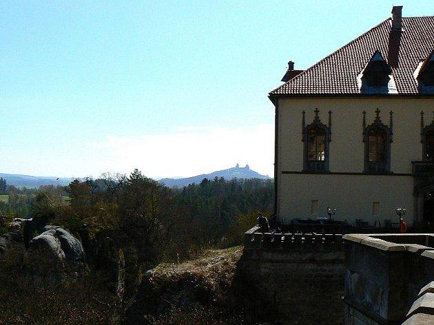 Český ráj. Výhled ze zámku Hrubá Skála, na horizontu zřícenina Trosky.