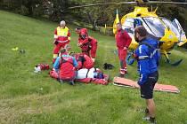 Pro zraněnou ženu letěl vrtulník.