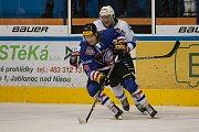 Zápas 40. kola 2. ligy ledního hokeje skupiny Západ se odehrálo 14. února na zimním stadionu v Jablonci nad Nisou. Utkaly se týmy HC Vlci Jablonec nad Nisou a HC Děčín. Na snímku vpravo je Tomáš Zeman.