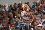 Návštěvníci jabloneckého Eurocentra sledují módní přehlídku v rámci prodejní výstavy Křehká krása 2019.