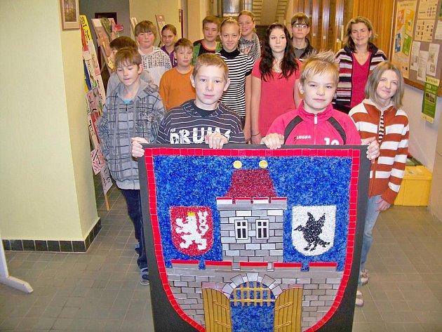 Žáci 7. A ZŠ Pelechovská Železný Brod se znakem města.
