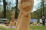 NÁZEV: V objetí. AUTOR: Lenka Severová. VYVOLÁVACÍ CENA: 8.000,-(cena sochy: 16.000,-)
