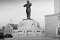 Kašna z dílny významného evropského sochaře Franze Metznera, která v první polovině minulého století stávala na Horním náměstí a spolu s kostelem jabloneckého rodáka Josefa Zascheho tvořila jedinečný vysoce umělecky hodnocený urbanistický celek.