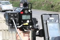 Měření rychlosti policejním radarem. Ilustrační snímek.