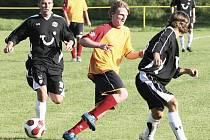 Velké Hamry porazily Novou Ves (v černém) těsně 0:1.
