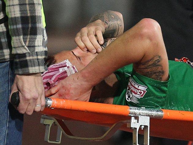 Zraněný Vít Beneš na nosítkách v utkání s Hradcem Králové.