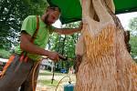 Na Sympoziu tvořili řezbáři dřevěné sochy motorovými pilami.