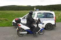 EKOLOGICKÁ JÍZDA. Desenští strážníci týden testovali elektrický skútr, který by již brzy mohli využívat při své práci. Ekologický motocykl má podle nich výhody i nevýhody.