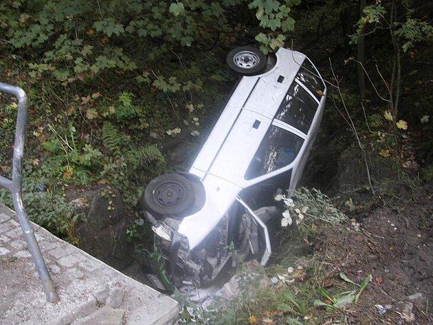 Při dopravní nehodě, kdy řidič Suzuki narazil do zábradlí propustku na vodu a skončil s autem v příkopu, nedošlo ke zranění.
