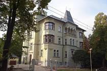 Dřív tu bylo ředitelství Libereckých výstavních trhů, dnes tu naleznou zázemí lidé s různou formou demence, autismem a podobně.