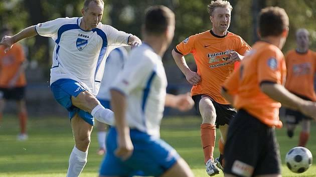 FK Jiskra Mšeno-Jablonec hostila FK Sedmihorky. Za slunného počasí byl vidět zajímavý fotbal s několika šancemi na obou stranách. Na snímku domácí veterán Martin Vejprava ( vlevo  v bílo modrém ) pálí na branku Sedmihorek.