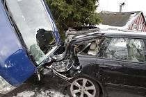 Volkswagen Transporter doslova naletěl do vedle silnice parkujícího Subaru Legacy.