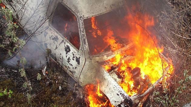 """Osobní vůz někdo zapálil na nepřístupném místě směrem k bývalému prosečskému """"smeťáku"""" záměrně."""