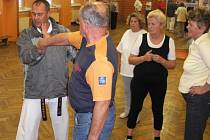I senioři se umí bránit. Těžko však třeba svým dětem. Ilustrační foto z výcviku sebeobrany seniorů v Sokolově.