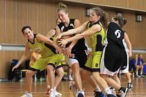Jablonecké ženy prohrály ve 2. kole druhé ligy s Ústím nad Labem (v černém) o jeden bod 53:54.