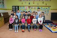 Prvňáci ze Základní škola Dr.h.c.Jana Masaryka v Harrachově se fotili do projektu Naši prvňáci. Na snímku je s nimi třídní učitelka Lucie Lutzová.