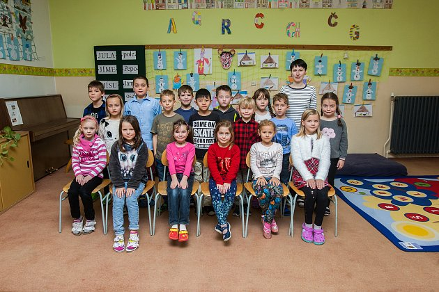 Prvňáci ze Základní škola Dr.h.c.Jana Masaryka vHarrachově se fotili do projektu Naši prvňáci. Na snímku je snimi třídní učitelka Lucie Lutzová.