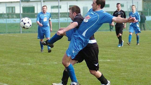 HODKOVICE VERSUS DRŽKOV. Domácí fotbalisté (v černém) nedokázali zastavit útočníky béčka Držkova a dvakrát na těžkém terénu inkasovali. Dva góly vstřelil Prousek.