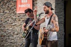 Dead Bronco, americko-španělská skupina hrající Rockabilly a Honky-tonk Country, vystoupila na letní scéně Eurocentra v Jablonci nad Nisou.