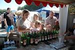 Krajské dožínky 2013 v Brništi. V kategorii Nealkoholické nápoje zvítězil ovocný nápoj Brusinka od Moštovny Lažany. Na snímku stánek moštovny na dožínkách.