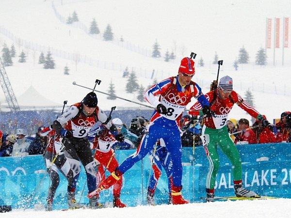 OLYMPIJSKÉ HRY. Fin Ville Raikkonen (č. 9), Petr Garabík zČeské republiky (č. 8) a Alexej Aidarov (č. 3) zBěloruska vprvní etapě olympijské štafety biatlonistů na 4x7,5kilometru, která se běžela 20.února 2002vSoldier Hollow.