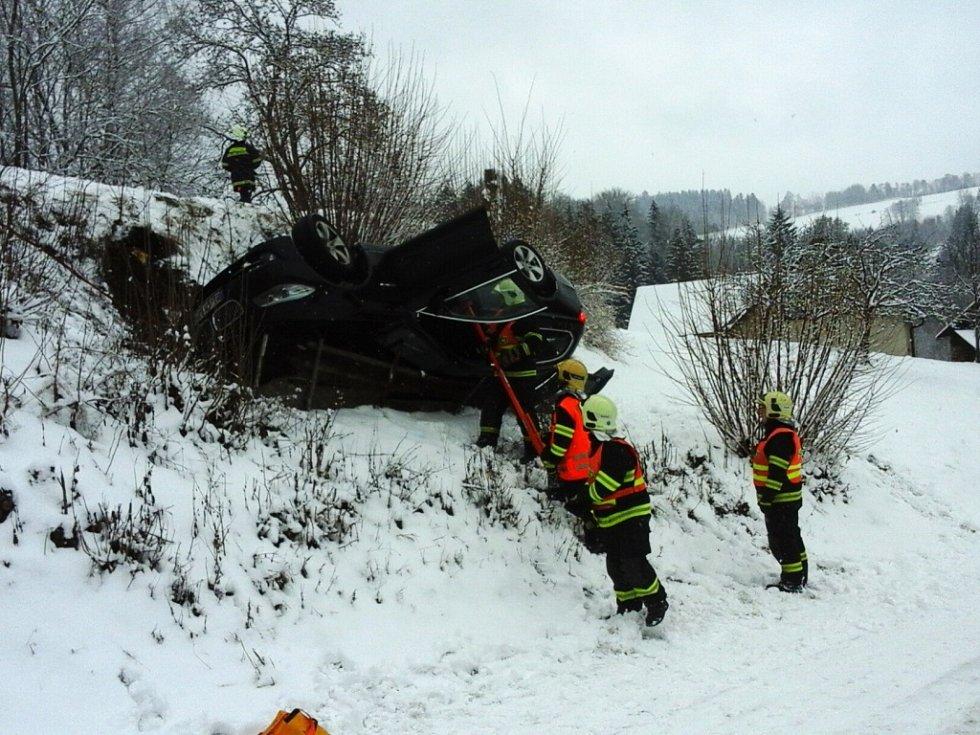 K dopravní nehodě do Zlaté Olešnice museli hasiči povolat jeřáb, aby vůz dostali zpět na silnici.