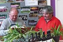 František Matějka, předseda klubu sběratelů pivních suvenýrů Jizeran Turnov (vpravo) na setkání sběratelů.