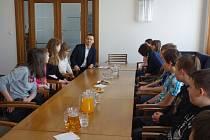 Náměstek pro oblast humanitní David Mánek si proto žáky ze ZŠ Arbesova, Kokonín, Liberecká, Pasířská a Rýnovická pozval na magistrát, aby společně našli způsob, jak jejich nápady na zlepšení svých škol zafinancovat.