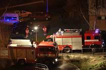Na místo nedělního nočního požáru ve sklepě panelového domu v jablonecké ulici Na Vršku přijeli vedle profesionálních a dobrovolných hasičů také zdravotníci se sanitkou.