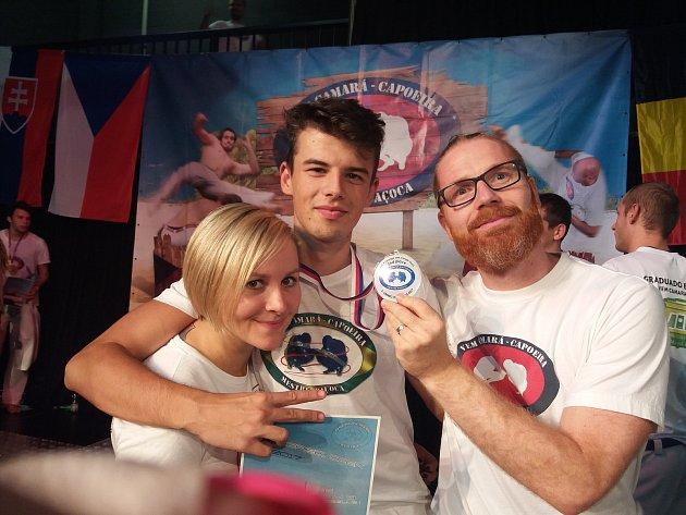 Nadějný capoeirista z Jablonce nad Nisou má velké plány. Na fotce se svým trenérem (vpravo) Miroslavem Riedlem.