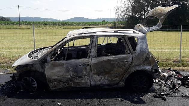 Požárem zničené vozidlo na dálnici D10