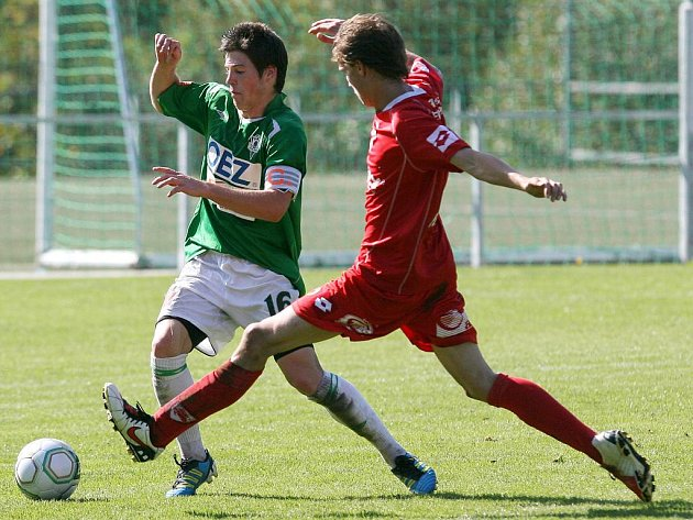 Juniorka Baumitu porazila na domácím hřišti FK Pardubice (v červeném) 2:0.