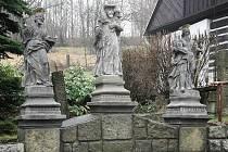 Ukradenou sochu pastýře ze sousoší tří soch sv. Petra a sv. Pavla, nechala obec Bratříkov za podpory města Železný Brod, ministerstva kultury a sbírky občanů znovu vyrobit. Pastýře vytvořil podle malé fotografie sochař Petr Roztočil z umělého kamene.