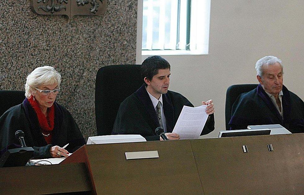 Liberecký okresní soud se v pátek 19. listopadu za velkého zájmu veřejnosti začal zabývat případem bývalého vězeňského dozorce z Minkovic a bývalého komunistického poslance Josefa Vondrušky.