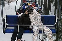 Sedačková lanovka na Tanvaldský špičák v těchto dnech chrlí na vrcholek velké množství lyžařů a snowboardystů.Lanovka Má kapacitu 2500 pasažérů za hodinu a přesto že na Špičáku panují ideální podmínky je provoz naprosto plynulý a bez front.