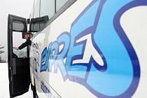 V provozu je nová linka z jablonce nad Nisou do Prahy na černý Most. Provozuje ČSADJablonec a základní jízdenka stojí 100 korun a zpáteční 160.Na snímku řidič Dalibor Krejčík.