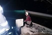 U norné stěny v Jizeře hasiči likvidovali kontaminovaný sorbent.